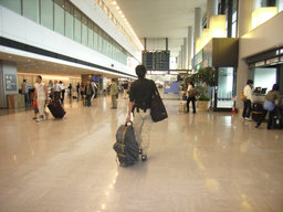 自転車の 自転車 地図 gps : 成田空港駅に到着し、改札の先 ...